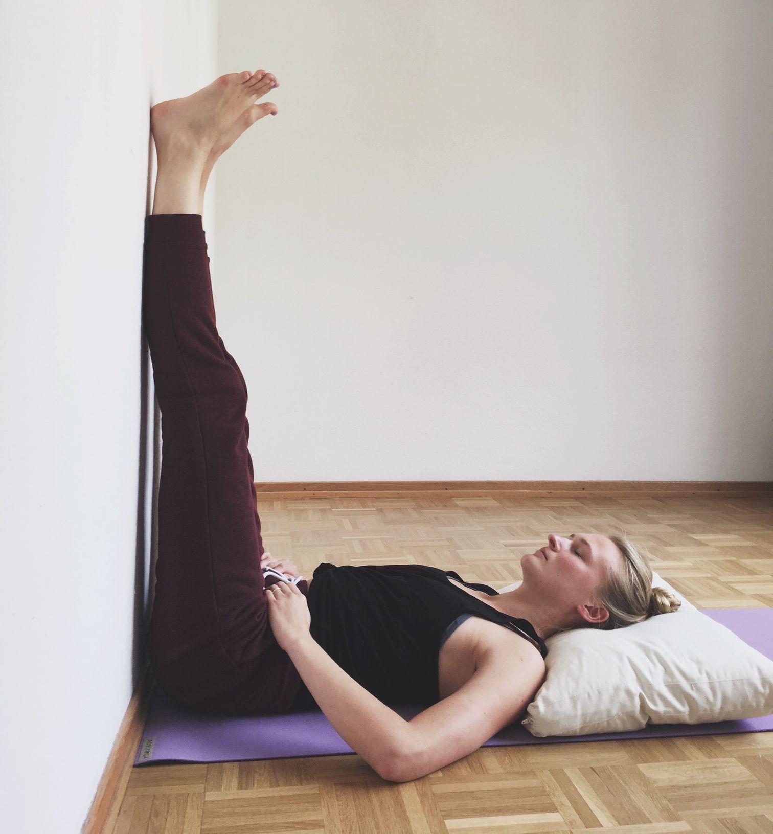 Frau Yin Yoga Legs up the Wall Asana