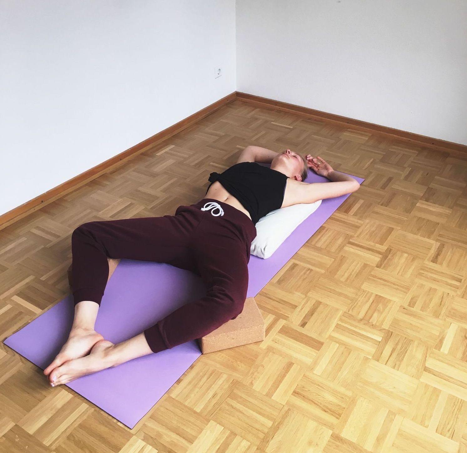 Frau Yin Yoga liegender Schmetterling Asana