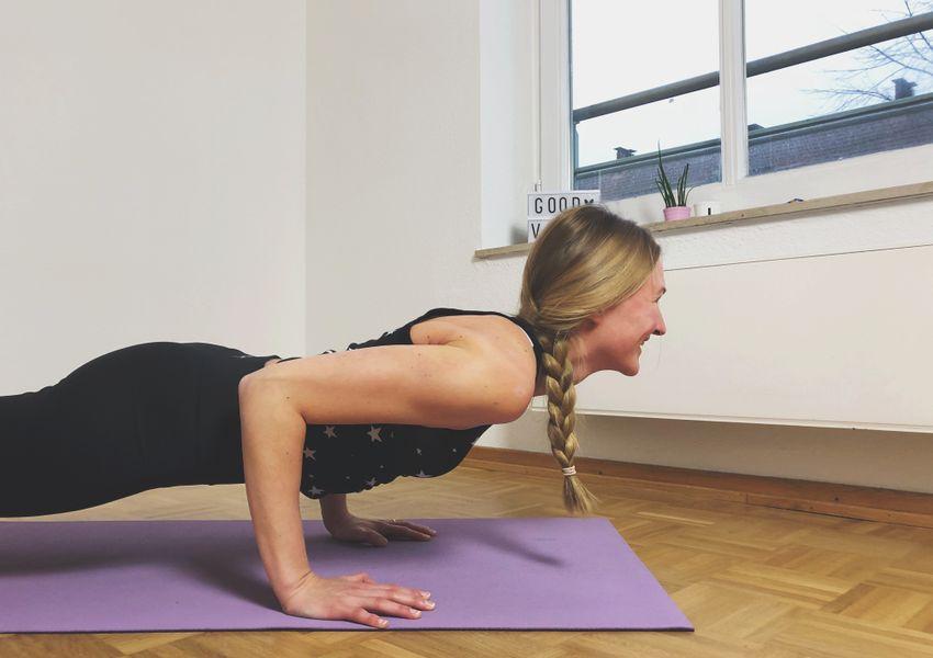 Frau Yoga Planke Chaturanga Asana Lachen