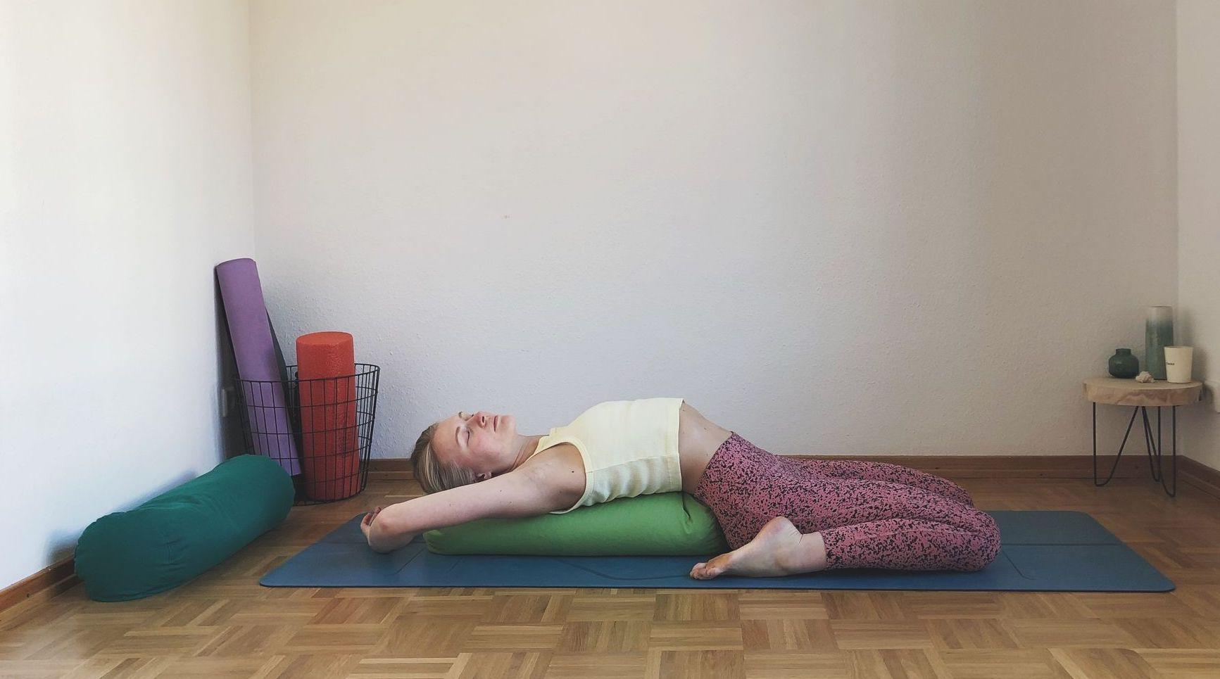 Yin-Yoga-Tutorial-Herzöffnung-Heart-Suppta-Baddha-Virasana-Asana-Rückbeuge-OhYesYoga